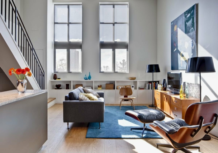 loft möbel blauer teppich kleines wohnzimmer stehlampen