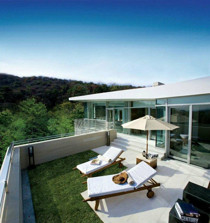 moderne terrassen ideen liegesessel sonnenschirm grüner rasen