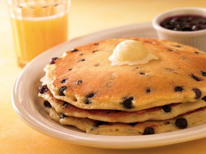 pfannkuchen rezept frühstück blaubeeren butter orangensaft
