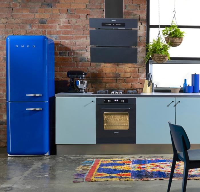 retro kühlschrank blau farbiger teppich schöne küchenschränke hängepflanzen