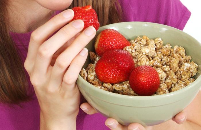 schöne haut gesundes frühstück erdbeeren haferflocken