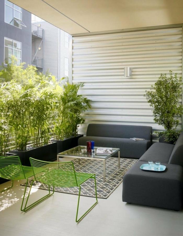 terrasse gestalten ideen sofas grüne stühle pflanzen sichtschutz