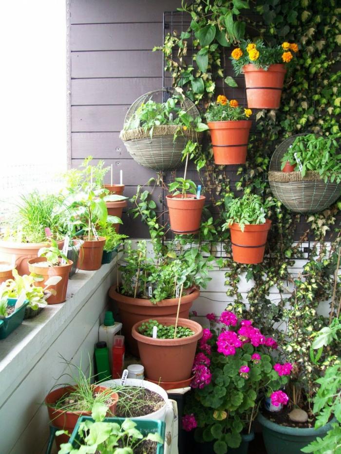 terrassenbepflanzung balkonmöbel und balkonpflanzen vertikaler garten gestalten