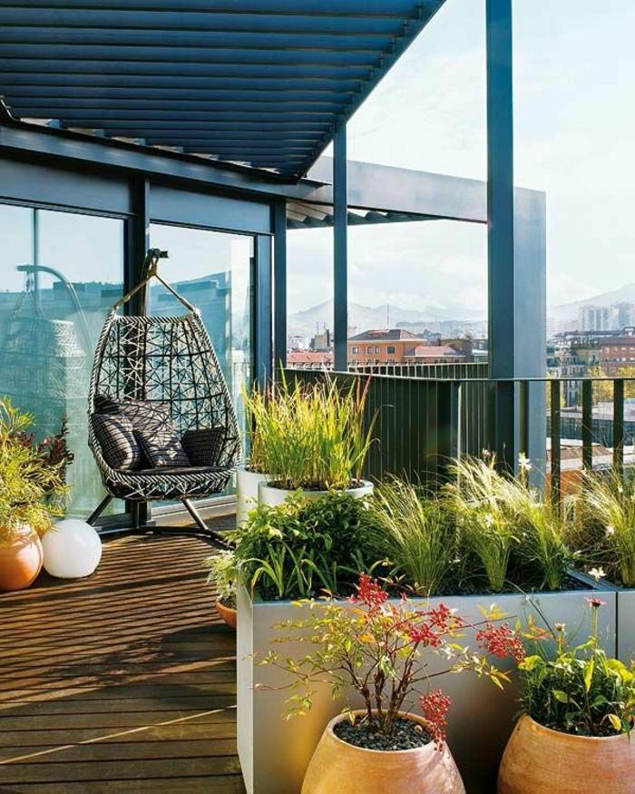 terrassen ideen beispiele holzdielen hängestuhl balkonpflanzen
