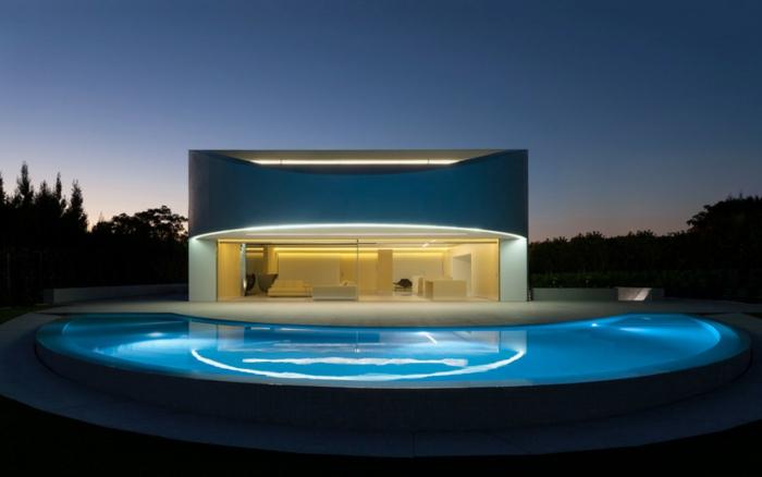 traumhaus bauen ovaler außenpool raumhohe fenster schiebetüren