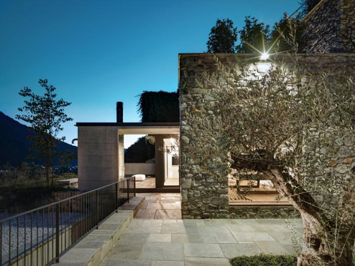 traumhaus geräumige terrasse steinwände metallene geländer