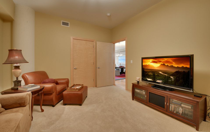 wohnideen kleine räume wohnzimmer ledersessel beige wandgestaltung