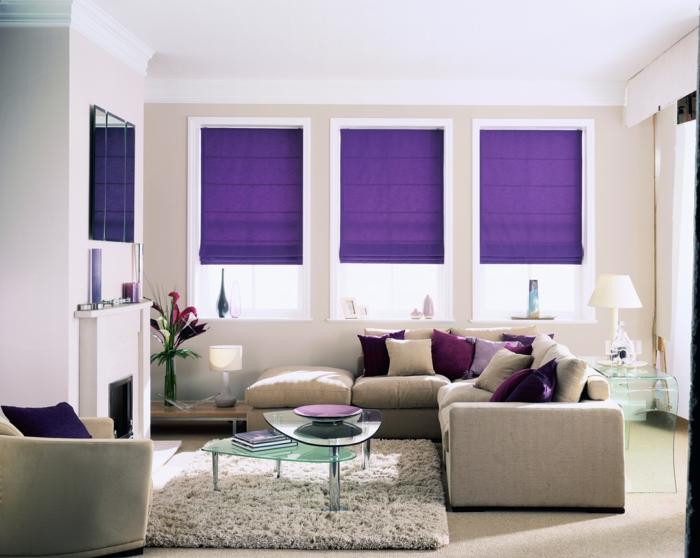 wohnzimmereinrichtung ideen lila raffrollo teppich dekokissen blumen - Wie Kann Man Ein Kleines Wohnzimmer Einrichten
