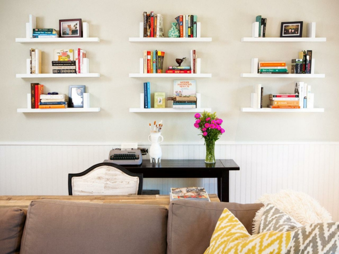 wohnzimmereinrichtung ideen sofa offene wandregale beistelltisch blumen