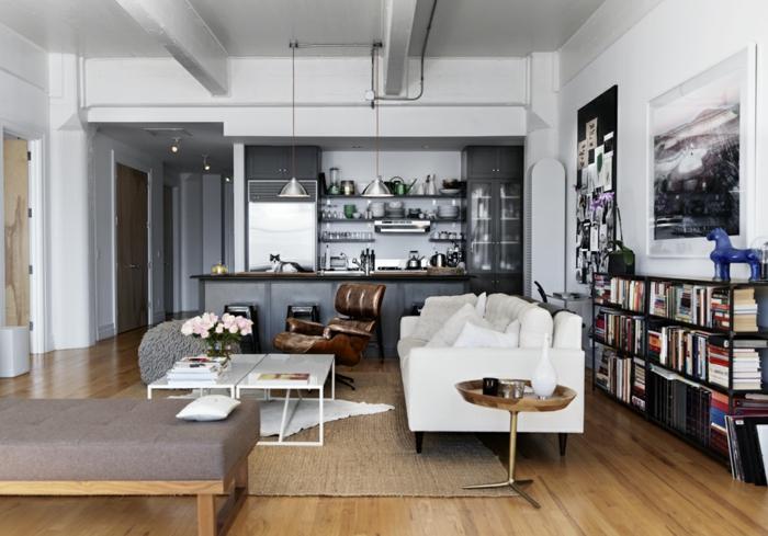 Wohnzimmereinrichtung Ideen Weißes Sofa Offene Regale Vintage Sessel