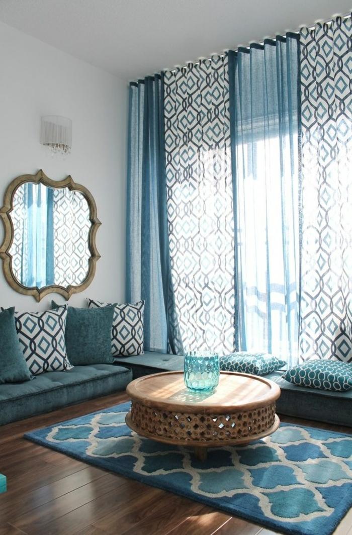 wohnzimmergestaltung cooler couchtisch luftige gardinen wandspiegel