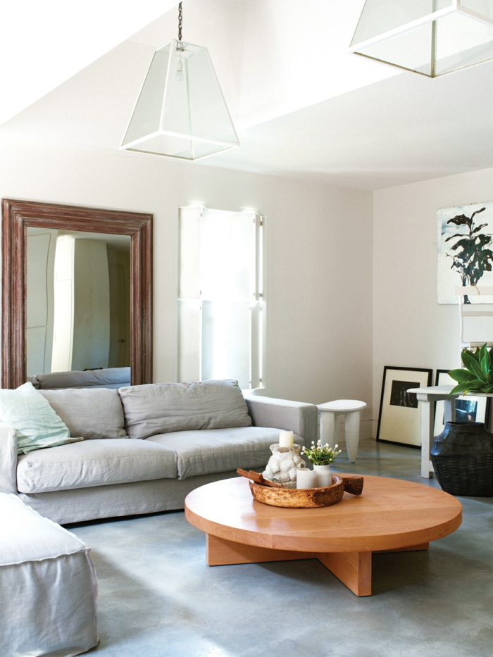 wohnzimmergestaltung runder couchtisch großer spiegel pflanze