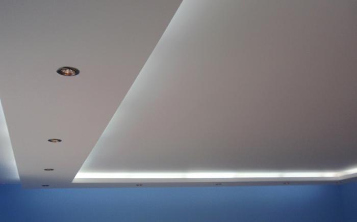 Abgehängte Decke Beleuchtung blau