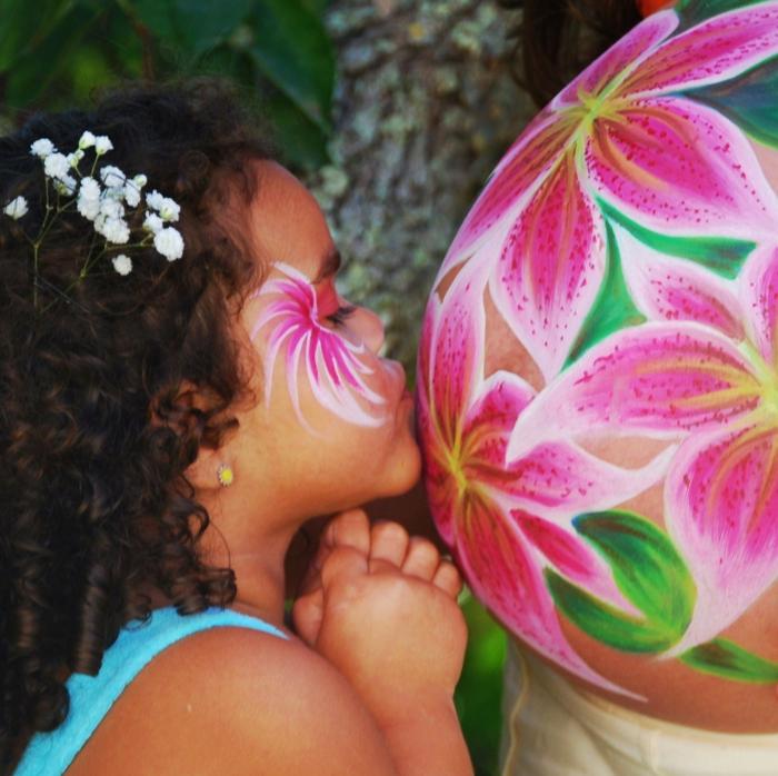 Babybauch Bemalung mit Kind