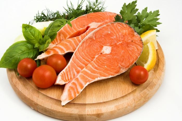Gesunde Ernährung für Kinder fischgericht mit salat