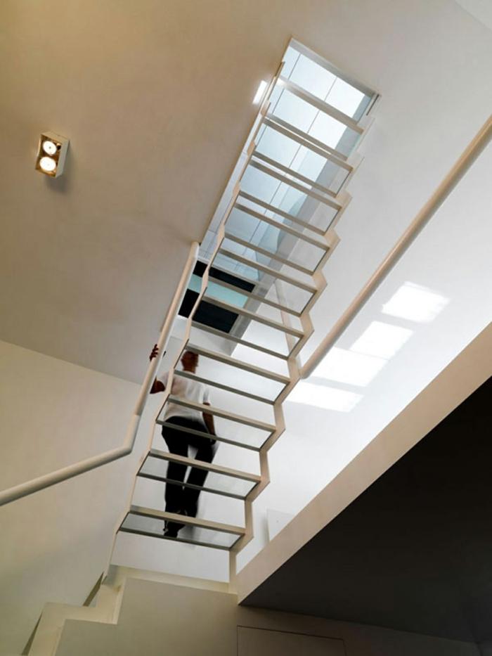 Schwebende Treppe von unten