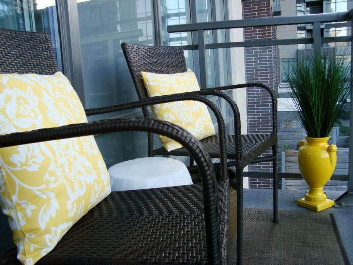 balkon deko ideen gelbe bodenvase rattansessel