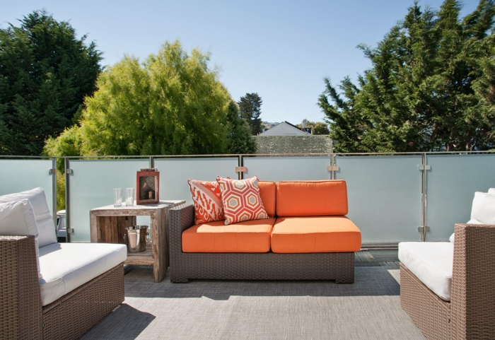 balkon deko ideen orange gartenauflagen rattanmöbel