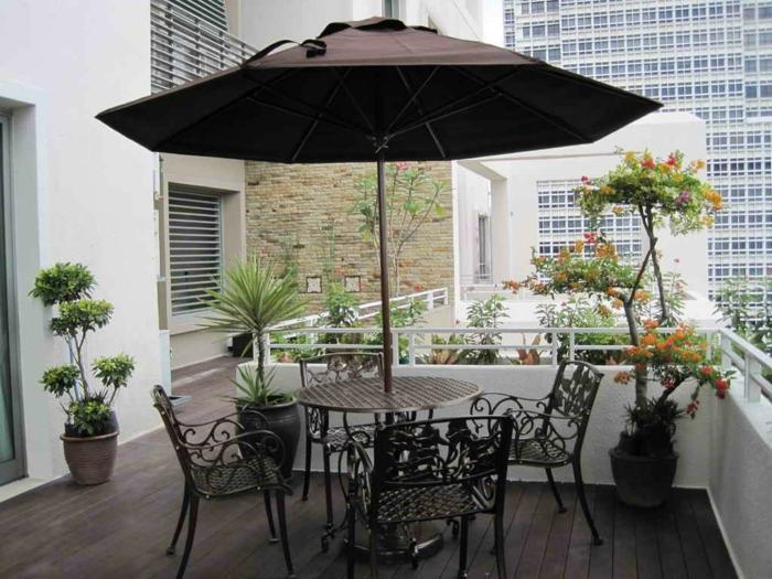 balkon deko ideen pflanzen sonnenschirm balkonmöbel