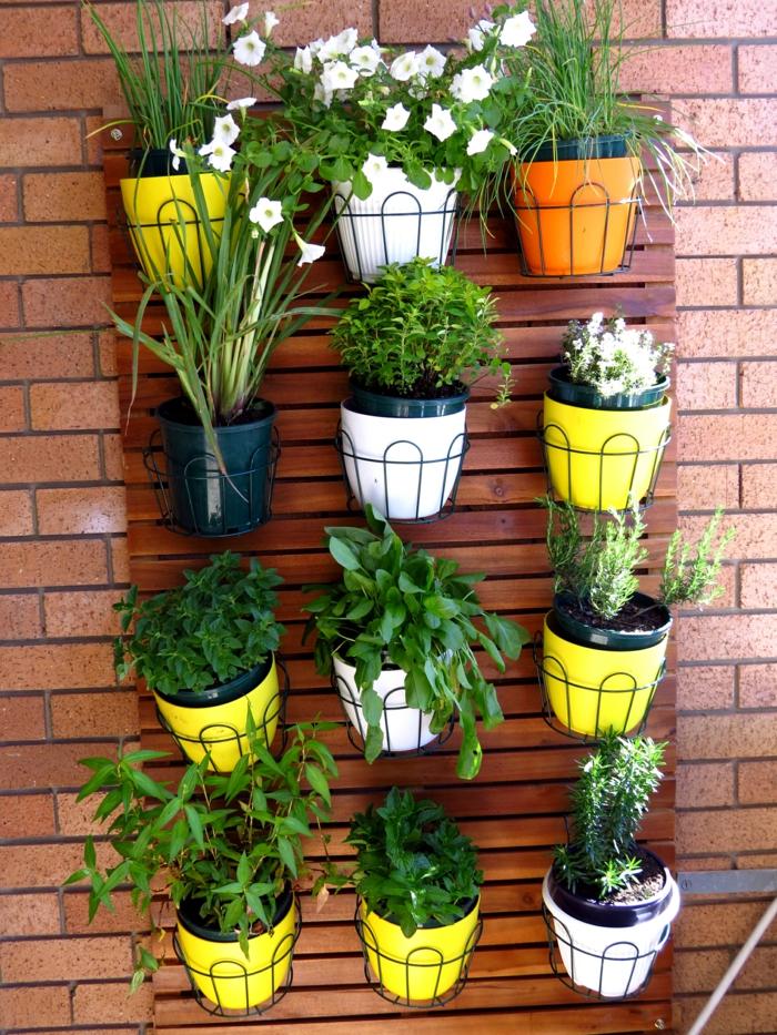 balkongestaltung ideen pflanzen gelbe blumentöpfe balkongarten