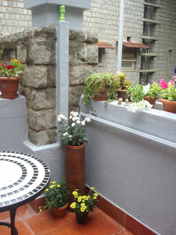 balkongestaltung ideen runder balkontisch pflanzen blumentöpfe