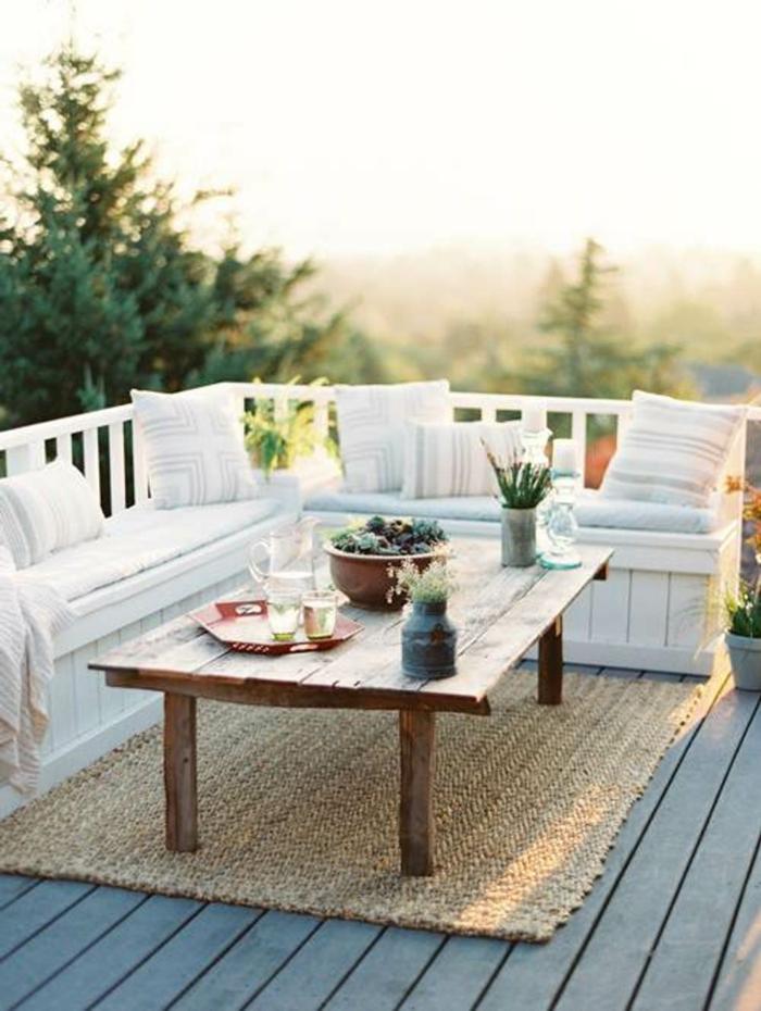 balkongestaltung ideen teppich rustikaler tisch dekokissen pflanzen