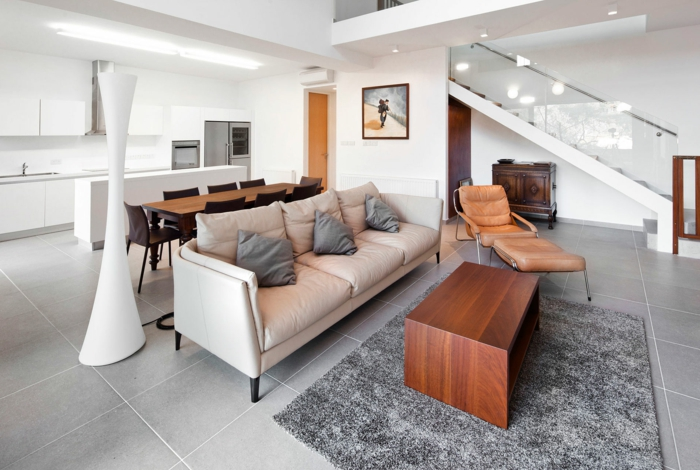 bodenfliesen wohnzimmer hellgrau grauer wohnzimmerteppich weiße