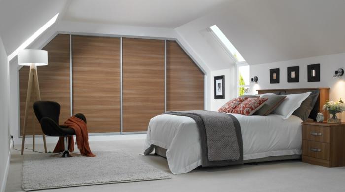 dachgeschoss einrichten schlafzimmer kleiderschrank schiebetüren teppich stehlampe