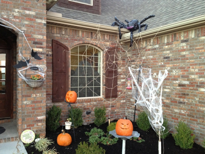 deko halloween kürbisse spinnennetze garten pflanzen