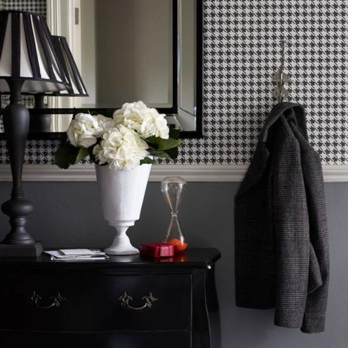 dielen flur gestalten frische weiße hortensien schwarze vintage kommode