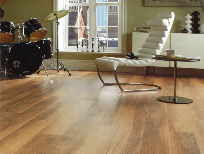 dielenboden richtig pflegen moderner weißer sesel
