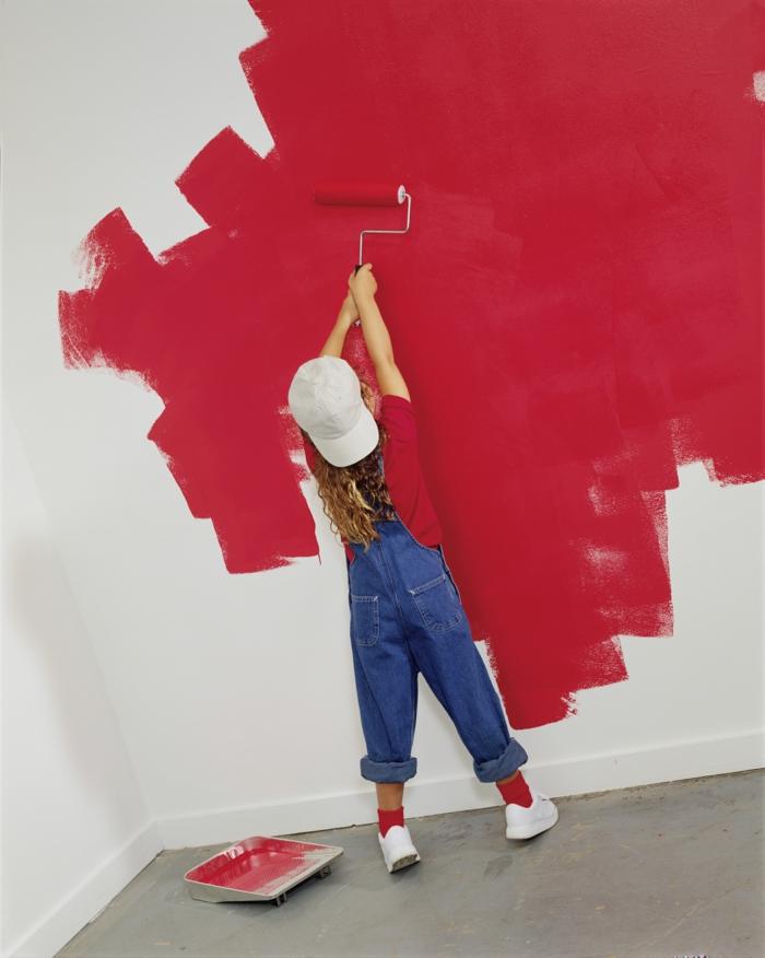 dispersionsfarbe rote farbe wanddekoration farbroller