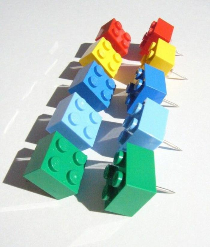 diy-projekte-lego-steine-reißzwecke-bunt