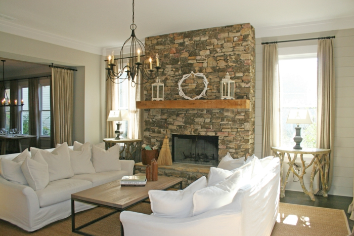 Feuer Im Kamin Wohnzimmer Weiße Landhaussofas Rustikaler Beistelltisch