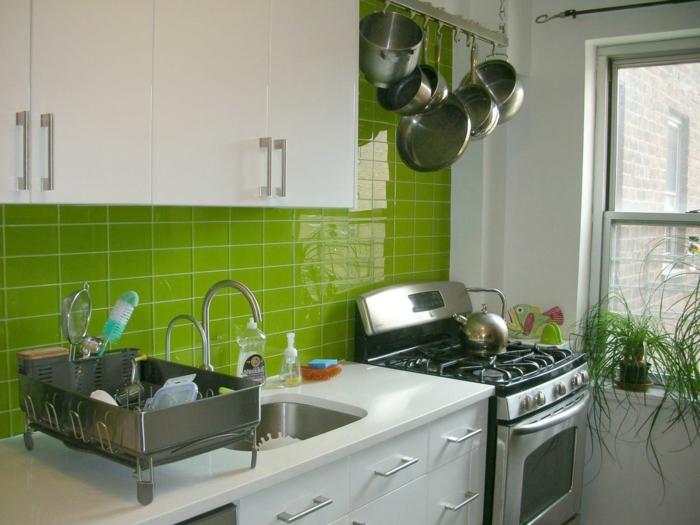 fliesenfarbe küche gestelten grüne wandfliesen pflanzen