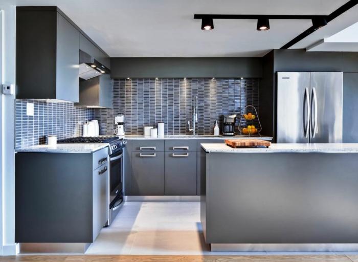 fliesenfarbe küche wandfliesen kücheninsel graue küchenschränke