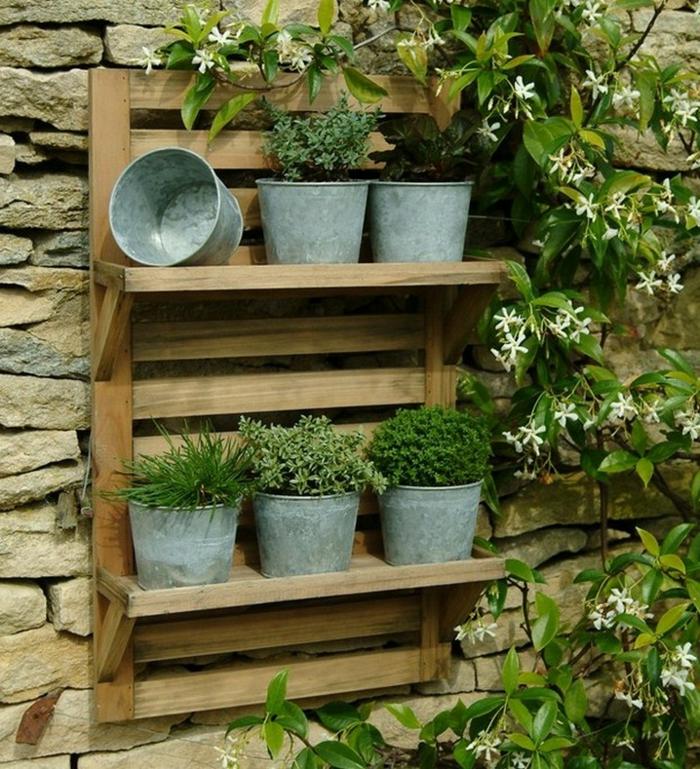 gartengestaltung alte aluminiumbehälter pflanzkübel kräuter