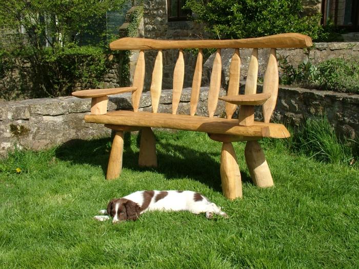 gartenmöbel rustikal rustikale gartenbank hund gras