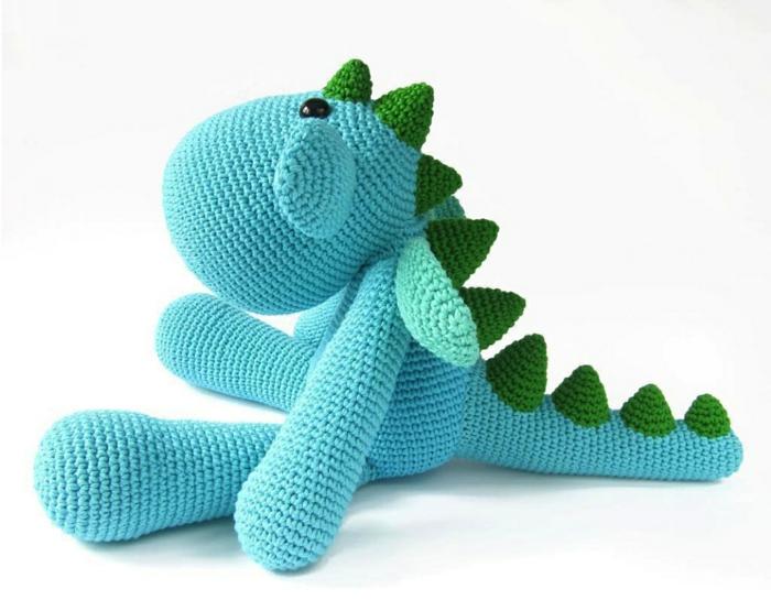 häkeltiere basteln blauer dinosaurer niedlich