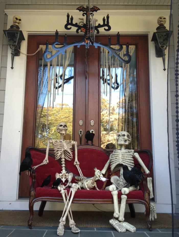 halloween deko ideen außenbereich gerüste sofa sitzend