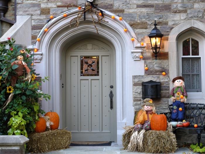 halloween deko kürbisse strohstapel lichterketten
