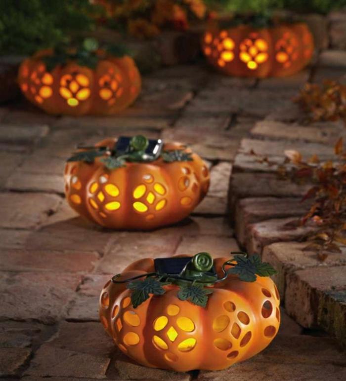 halloween deko leuchtende kürbisse außenbereich dekorieren