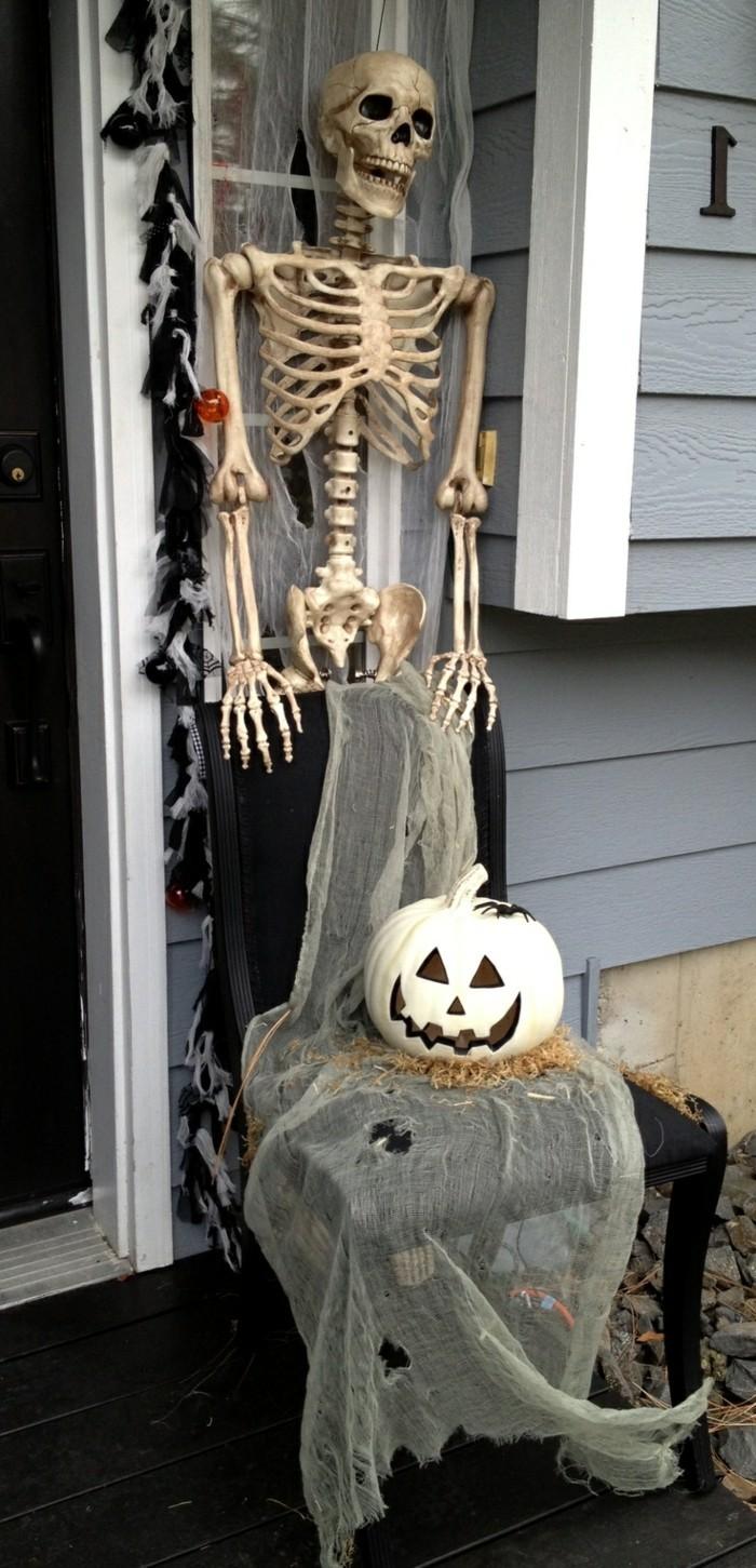 halloween ideen dekoideen für den eingang mit skelett und kürbisgesicht