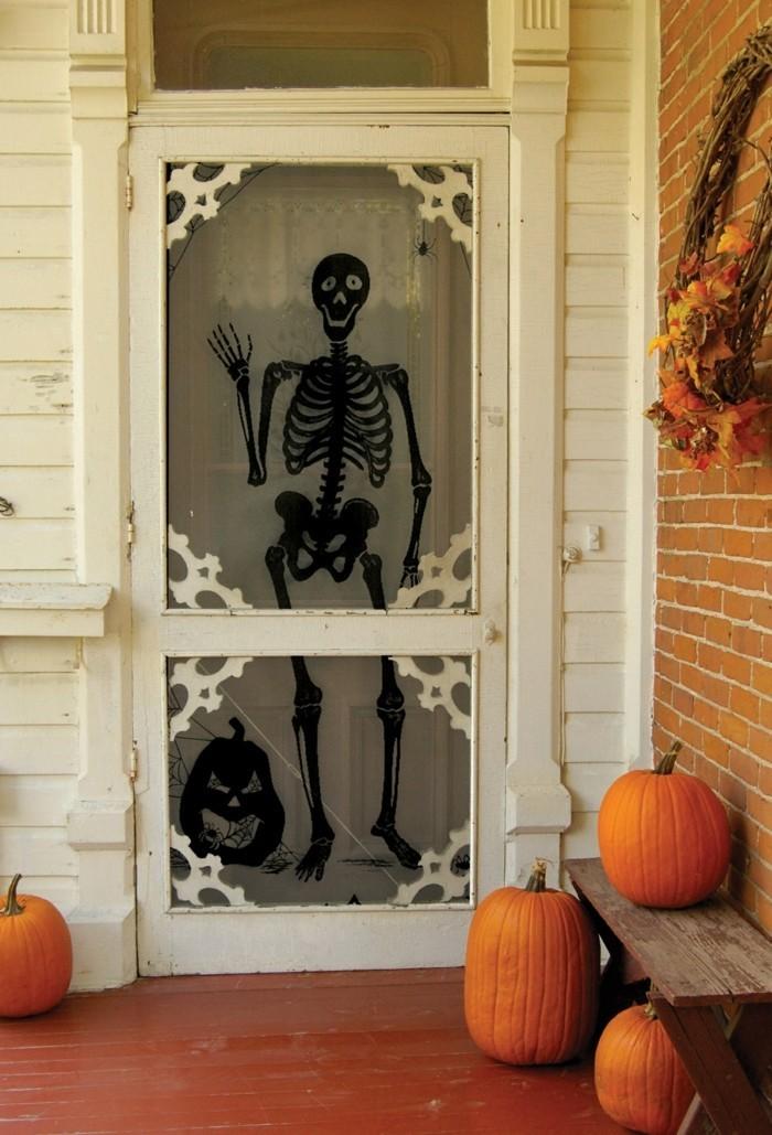 halloween ideen für den eingang kürbisse und skelett
