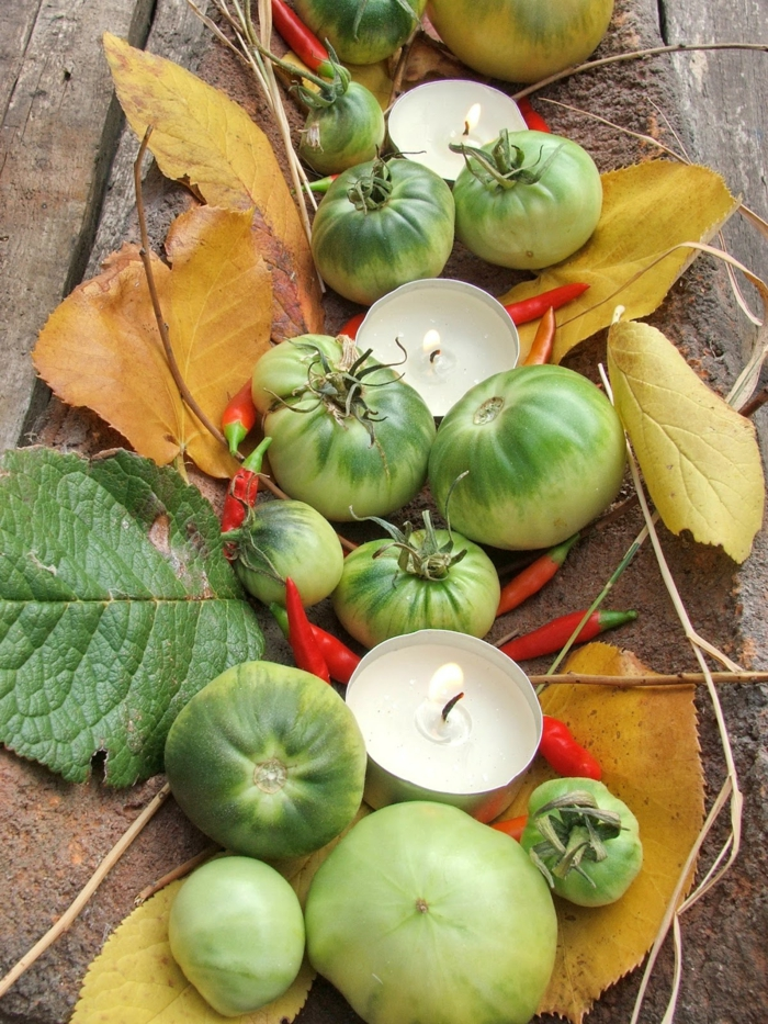herbstliche tischdeko herbstblätter grüne tomaten