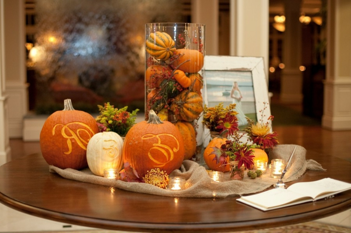 herbstliche tischdeko kürbisse orange geschnitzt