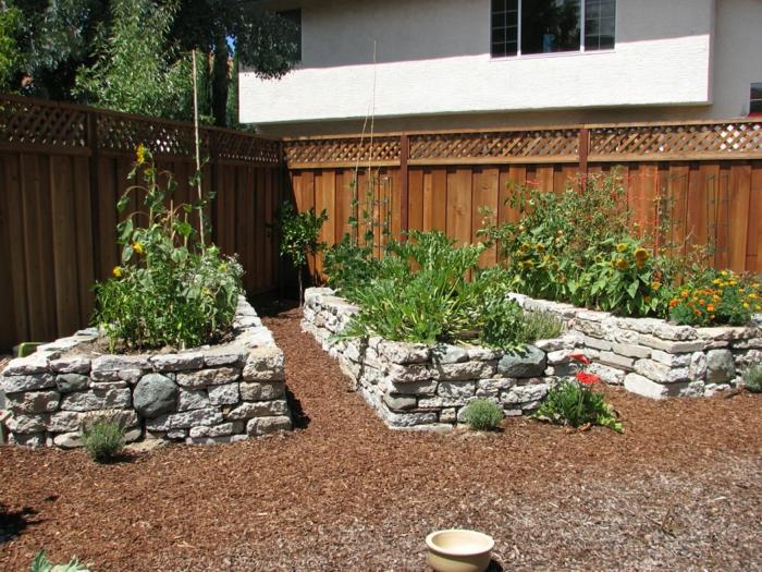 Der Garten wird durch Wege umrahmt
