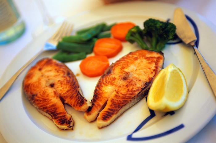 hoher blutdruck frischer fisch gemüse zitrone