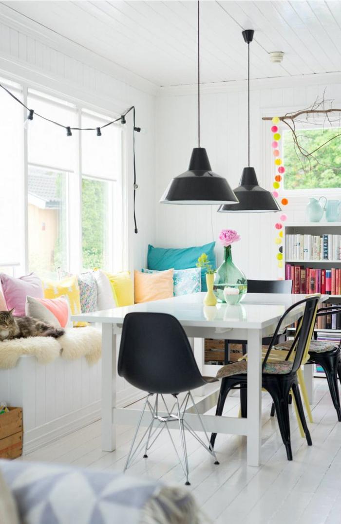 innendesign essbereich gestalten weiße wände farbige dekokissen