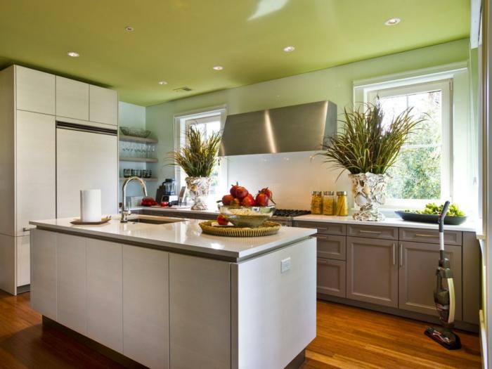 innendesign ideen küche grüne decke weiße kücheninsel